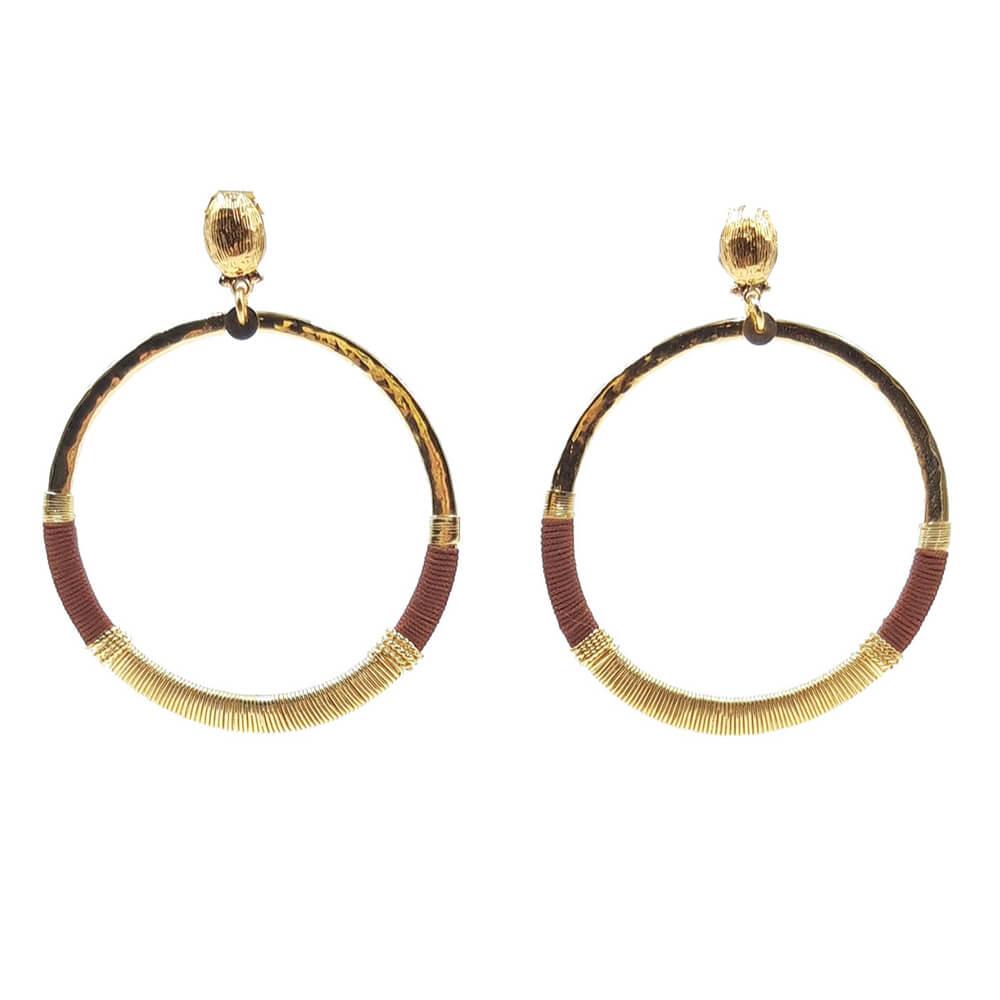 Pendientes chapados en oro de 24k delicadamente martillados a mano y envueltos en parte por hilos de color caldera. Longitud: 6,4 cm Ancho: 5,1 cm.