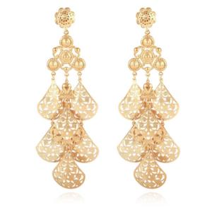 Pendientes chapados en oro de 24k, compuestos de elegantes gotas de filigrana.