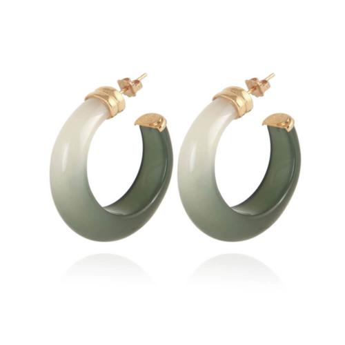Pendientes de aro en acetato pulidos a mano. Metal bañado en oro 24k. Diámetro: 3,7 cm. Ancho: 1 cm.