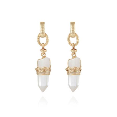 Pendientes chapados en oro de 24k, adornados con un cristal de roca. Longitud: 5,5 cm Ancho: 1,3 cm