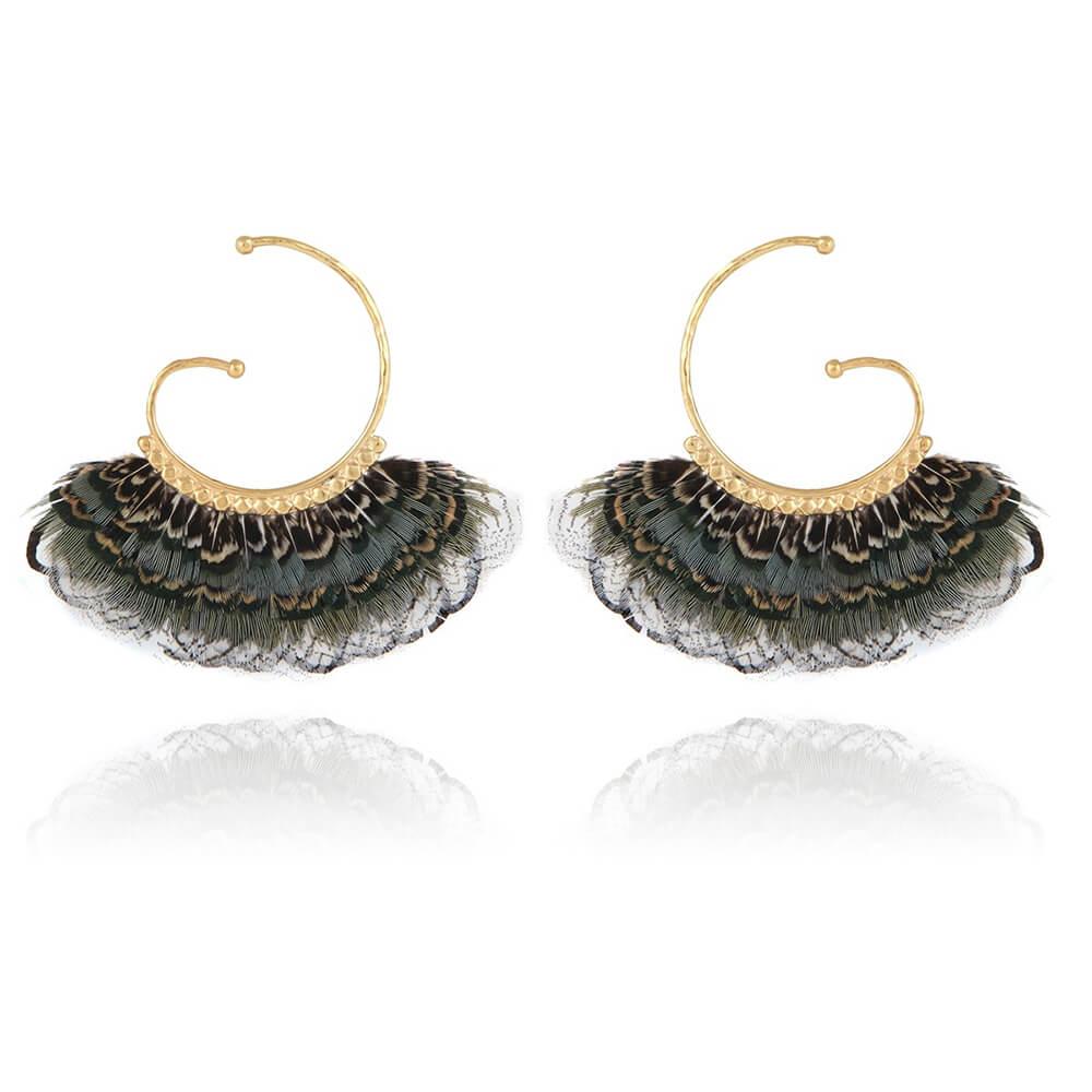 Pendientes en forma de espiral bañados en oro de 24k decorados con auténticas plumas teñidas. Las plumas enmarcan delicadamente la cara cuando se usan. Tonalidades azules, grises. Longitud: 7 cm Diámetro del anillo: 4 cm