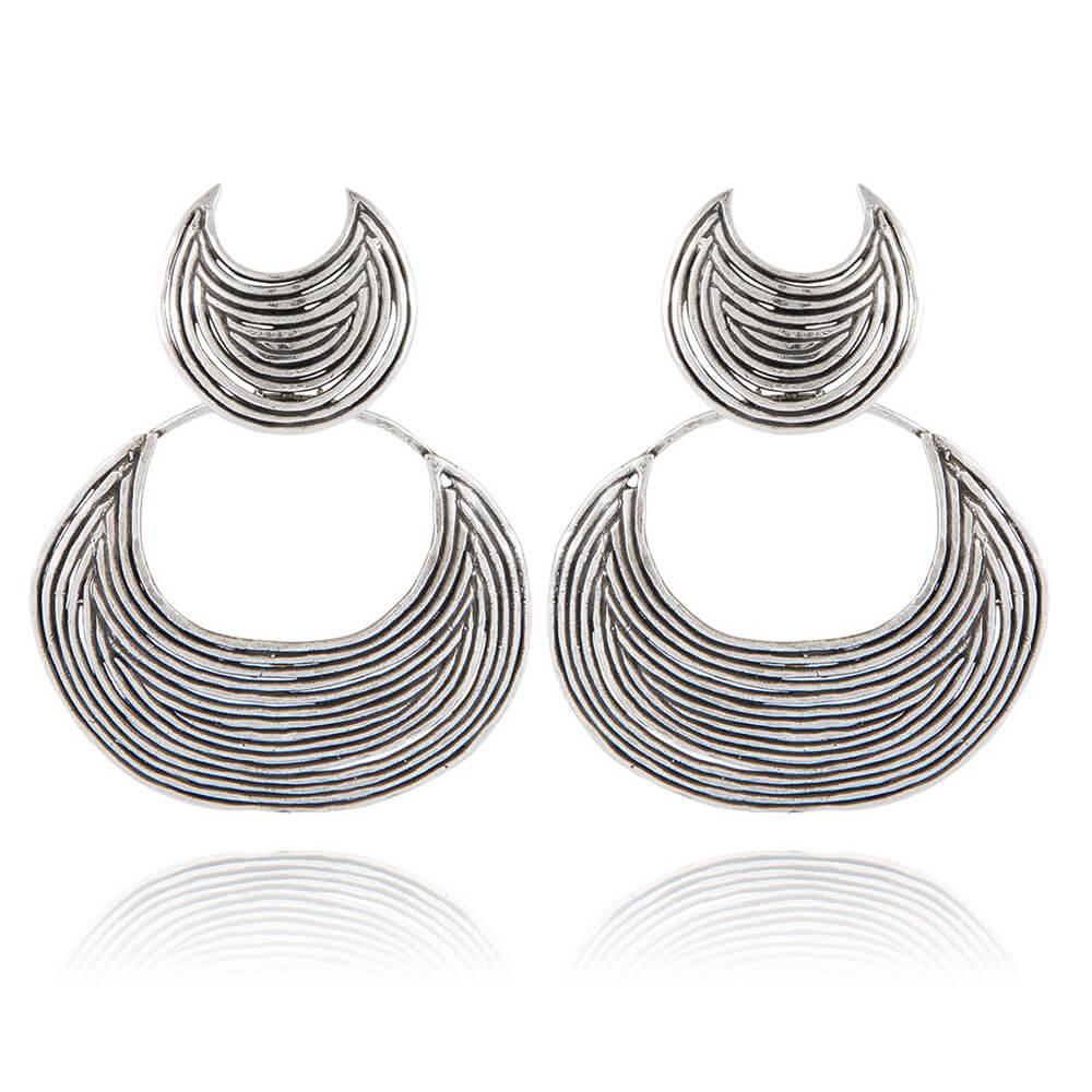 Pendientes en baño de plata inspirados en un viaje por África y finamente trabajados en espiral con formas de luna. Longitud: 6,5 cm Ancho: 5 cm.