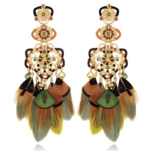 Pendientes chapados en oro de 24k, de filigrana adornados con strass y plumas naturales teñidas. Longitud: 10,8 cm Ancho: 3,2 cm.