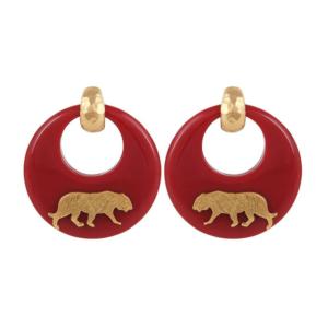 Pendientes de acetato delicadamente pulidos a mano, de color rojo y adornados con tigres chapados en oro de 24k. Cierre en clip. Longitud 5,5 cm. Ancho: 5 cm.
