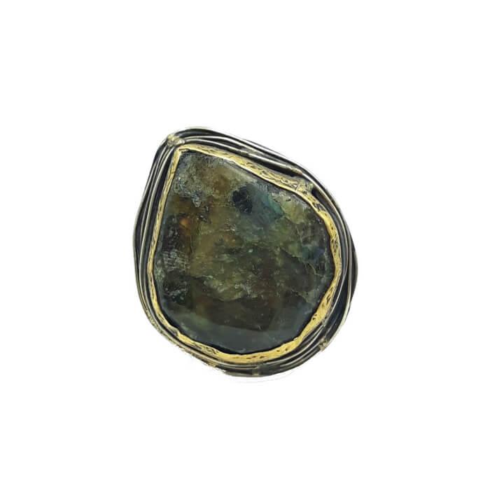 Anillo ajustable grande en forma de ovalo con piedra semipreciosa. Baño en plata y detalles con baño de oro.