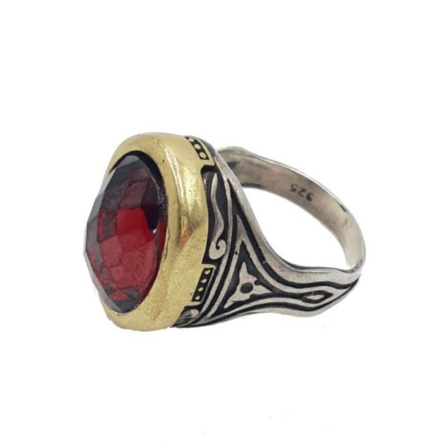 Anillo grande en forma de ovalo con piedra semipreciosa de color rojo ( rubi de raiz). Plata y detalles bañados en oro.Hecho a mano. Pieza exclusiva.Talla 19.