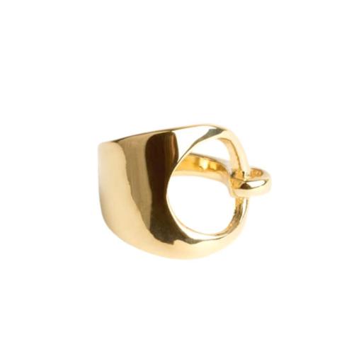 Este anillo de diseño orgánico y líneas continuas, con detalle de forma circular en la parte frontal es ideal para el día a día. La pieza está producida en latón y bañada en oro. Talla S.