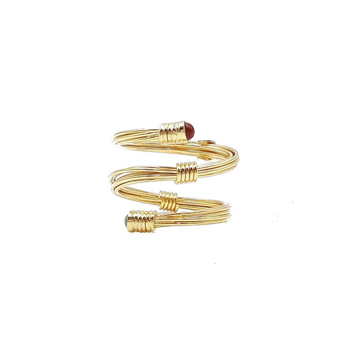 Anillo ajustable en forma de espiral con dos piedras semipreciosas en los extremos de color turquesa y coral. Metal bañado en oro de 18k.