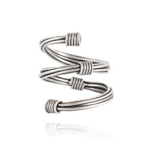 Anillo espiral con baño de plata compuesto por hilos metálicos.