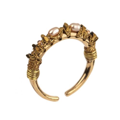 Anillo ajustable y fino cosido en seda con piedras semipreciosas (Hematites doradas, Perla de río). Metal bañado en oro 14k.