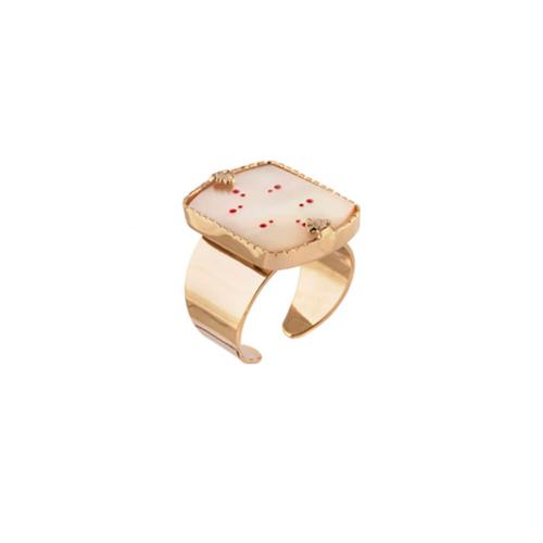 Anillo abierto ajustable en forma cuadrada y adornado con nácar y toques color coral. Metal bañado en oro de 18k.
