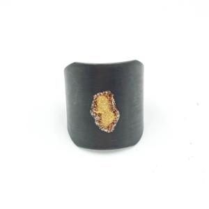 Anillo ancho ajustable de plata oxidada con dibujo abstracto bañado en oro.