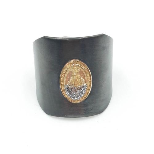 Anillo ancho ajustable de plata oxidada con dibujo de Virgen bañada en oro.