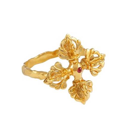 Anillo Vajra (Firmeza de espíritu y poder espiritual) forma de cruz / zafiro rojo / plata/ chapado en oro.Talla 16.Pieza única hecha a mano.Jewelery with intention.
