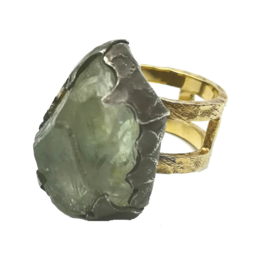 Anillo oro laminado y piedra semipreciosa verde en bruto. Pieza única hecha a mano. Talla 17.Jewellery with intention. https://madrekunst.com/