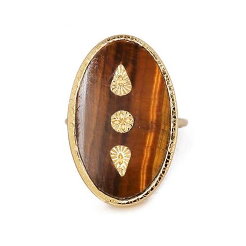 Anillo en forma de ovalo con piedra semipreciosa (Ojo de Tigre). Metal bañado en oro de 18k. Talla 17.