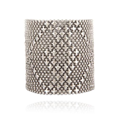 Brazalete compuesto por cadenas finas con bolitas y estrellas. Metal bañado en plata.