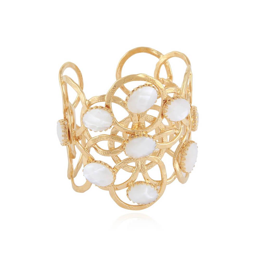 Brazalete ajustable compuesto por círculos superpuestos martillados a mano adornados con piedras semipreciosas. Metal bañado en oro de 24k.