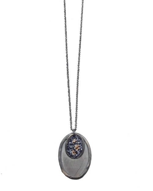 Colgante de plata 925 oxidada adornada con medalla superpuesta en otra mas grande y abrillantada. Cadena fina XL.