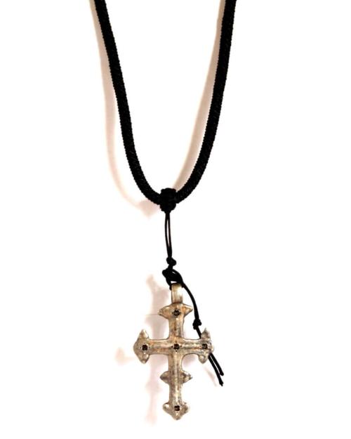 Colgante de cordón, cruz de plata y zafiros.