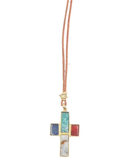 Colgante compuesto por una cuerda de cuero y una cruz con piedras serti (amazonita, cornalina, calcita beige y sodalita) engastadas en una base chapada en oro de 24k. Longitud (cordón): 69-72 cm. Longitud (cruz): 5 cm. Ancho (cruz): 3,4 cm
