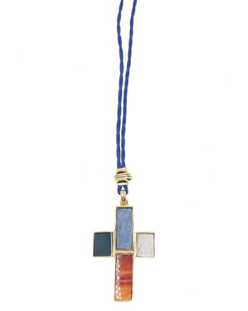 Colgante compuesto por una cuerda de cuero y una cruz con piedras serti engastadas en una base chapada en oro de 24k. Longitud (cordón): 69-72 cm. Longitud (cruz): 5 cm. Ancho (cruz): 3,4 cm