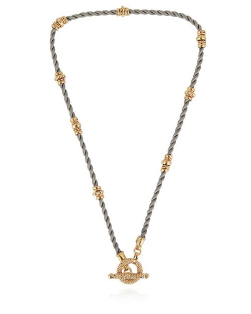 Gargantilla delicada compuesta de hilos de seda, adornado con adornos chapados en oro de 24k. Color gris.