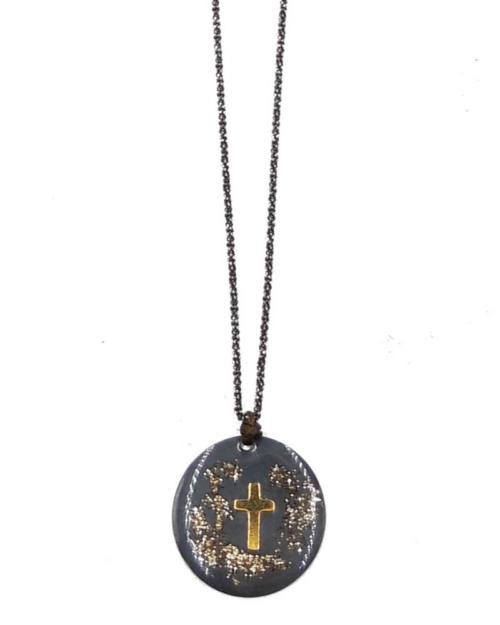 Gargantilla de plata 925 oxidada con colgante redondo adornado con cruz dorada.