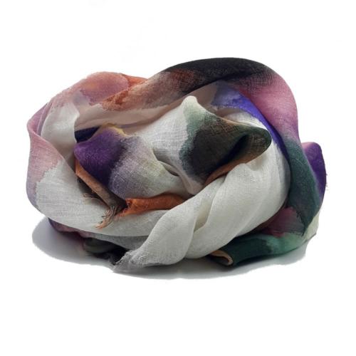 Fular de lino, pintado a mano, con manchas de pintura. Tonos lilas, calderas,azules, marrones y verdes.