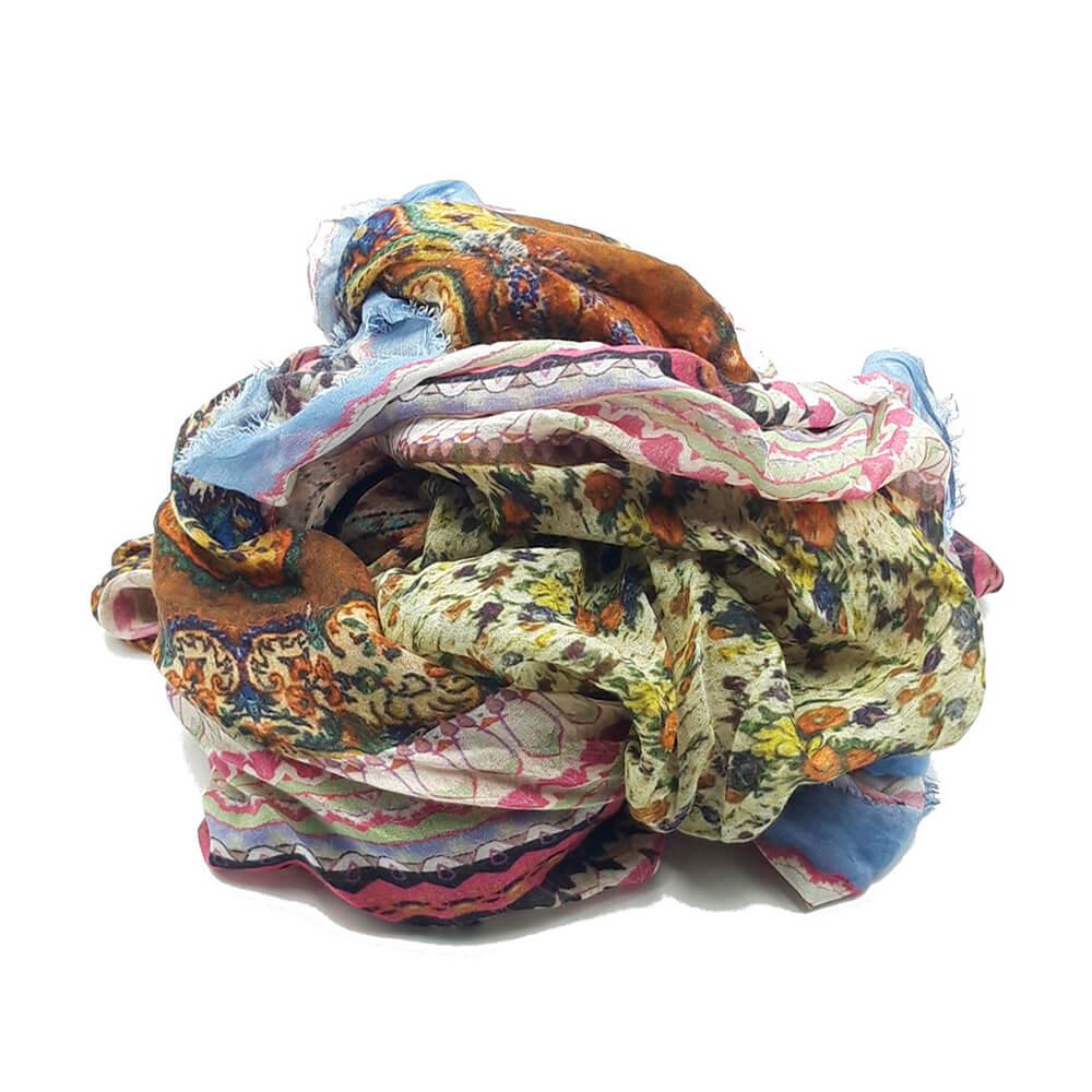 Fular en tonos rosas, amarillos, turquesas, con estampado de patchwork. 85% modal 15%seda. 140 cm X 130 cm