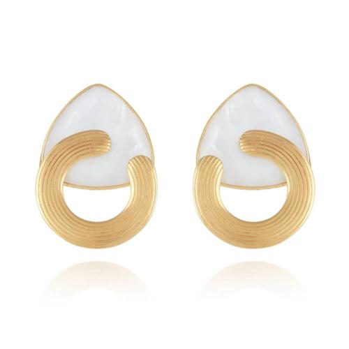 Pendientes chapados en oro de 24k, adornados con nácar blanco y un fino anillo estriado. Cierre en clip. Longitud: 3,5 cm Ancho: 2 cm.