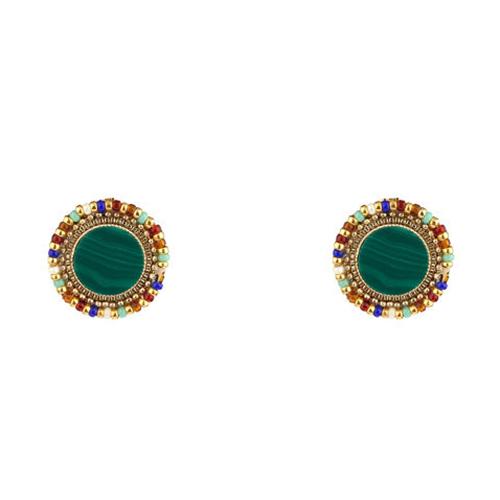 Pendientes pequeños con cierre de botón. Compuestos por piedras adornadas con perlas de Japón. Metal bañado en oro de 14k.