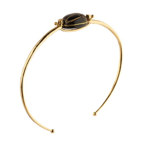 Decorada con un escarabajo hecho de onix, un símbolo de buena suerte inspirado en los talismanes egipcios. Dimensiones: Ajustable