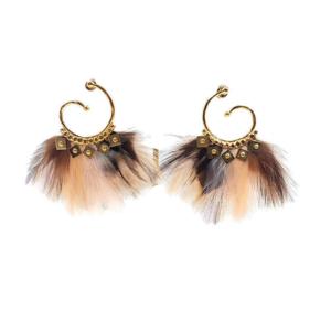 Pendientes en forma de espiral chapados en oro de 24k decorados con plumas natutales teñidas. Longitud: 7 cm Diámetro del anillo: 4 cm