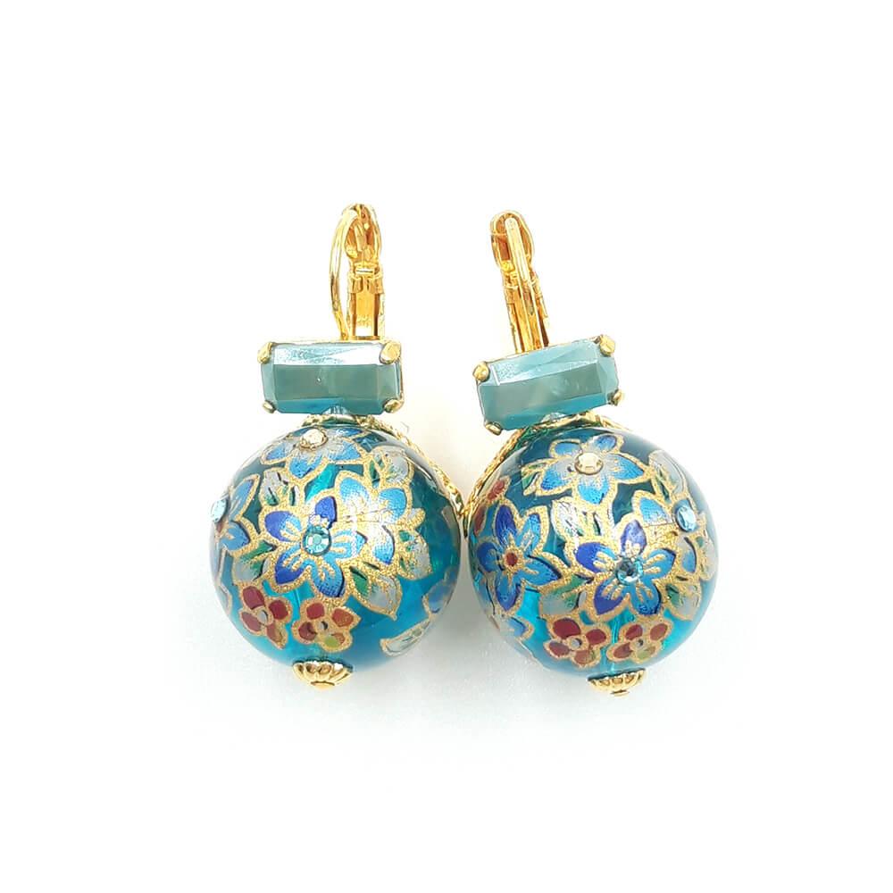 Pendientes azules hechos con resina y decorados con strass. Adornados con dibujos florales. Metal hipoalergénico bañado en oro de 24k.