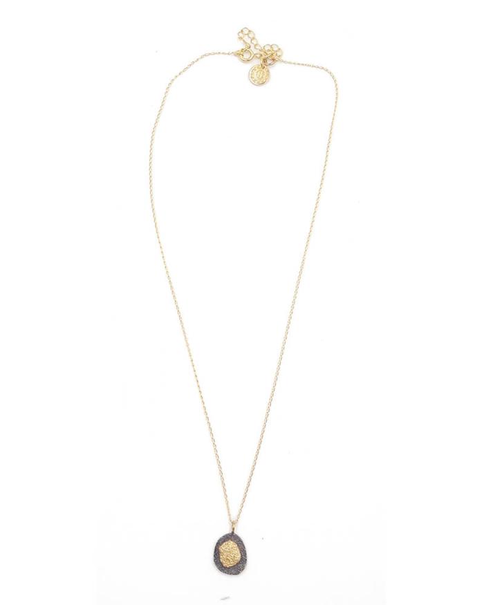 Gargantilla con cadena fina y mini medalla oxidada. Plata 925 con baño de oro de 18k.