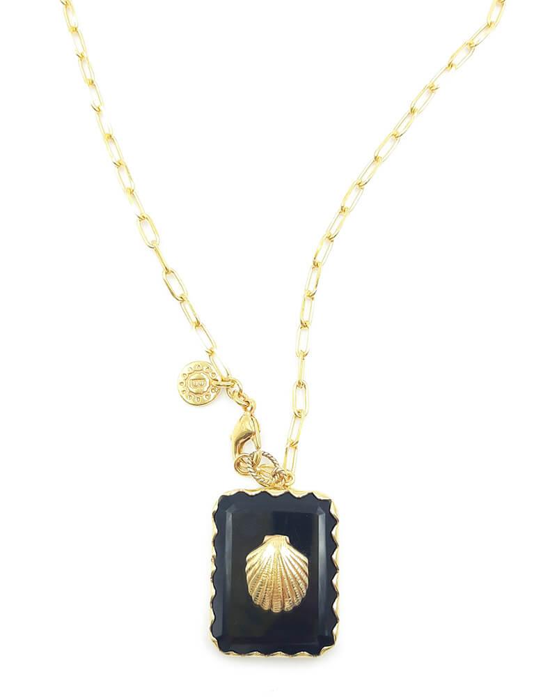 Collar largo en cadena dorada, con colgante cuadrado hecho de piedra natural y símbolo dorado de concha de mar. Baño de oro de 18k.