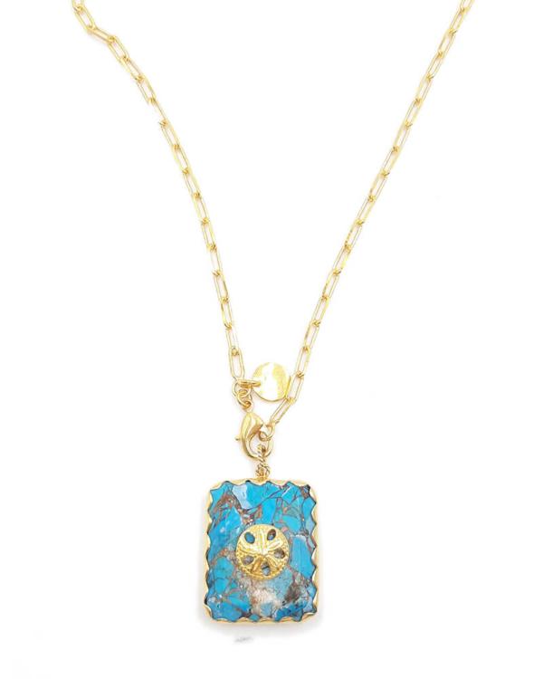 Collar largo en cadena dorada, con colgante cuadrado hecho de piedra natural y símbolo circular. Baño de oro de 18k.