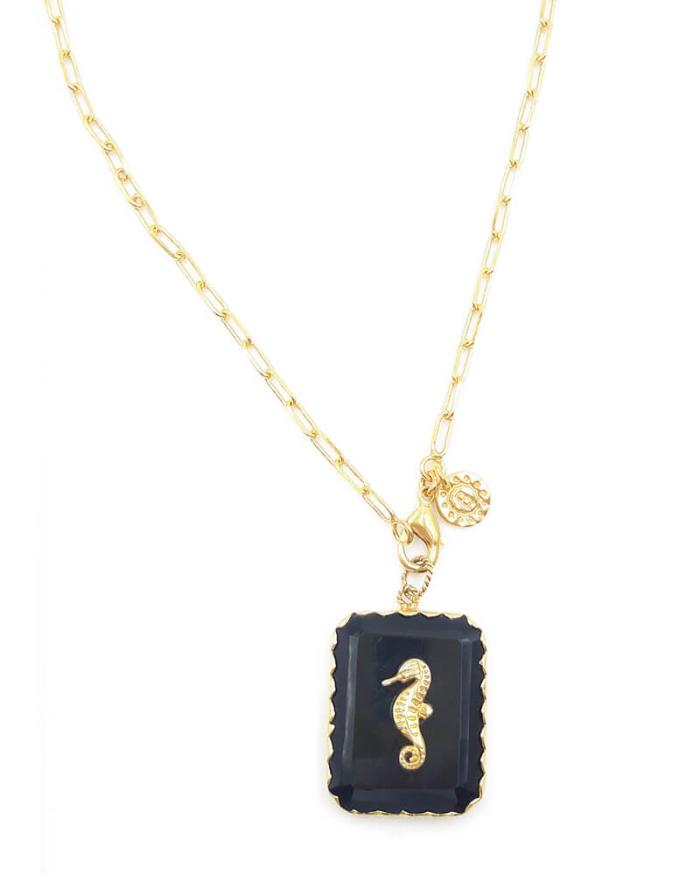 Collar largo en cadena dorada, con colgante cuadrado hecho de piedra natural y símbolo dorado de caballito de mar. Baño de oro de 18k.