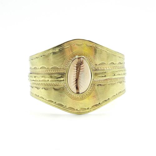 Brazalete ancho, dorado, con concha natural. Baño de oro de 18k.