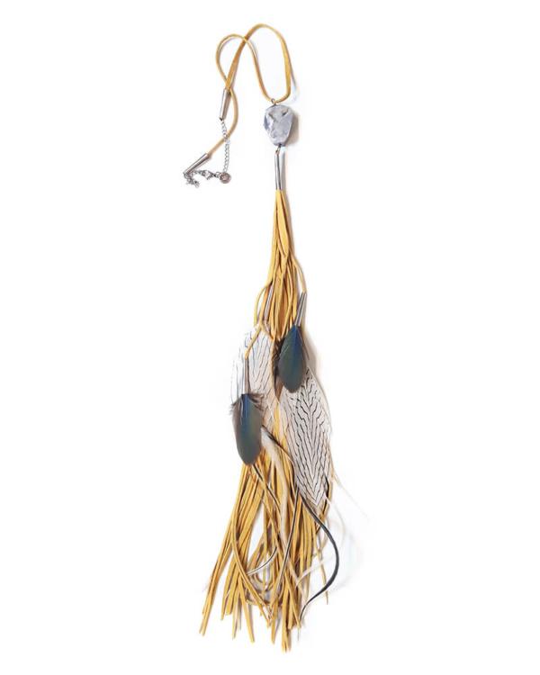 Collar extra largo de ante y cuero en color amarillo, con bases de metal cortadas a mano en latón. Está adornado con una piedra natural. Las plumas son naturales y provienen de faisanes y gallinas de Guinea.