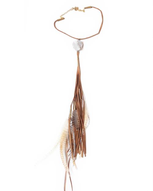 Collar extra largo de ante y cuero en color tostado, con bases de metal cortadas a mano en latón. Está adornado con una piedra natural. Las plumas son naturales y provienen de faisanes y gallinas de Guinea.