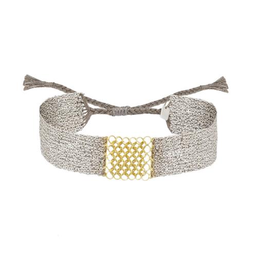Pulsera de plata blanca mezclada con seda. El centro esta adornado con candenas de plata bañada en oro.