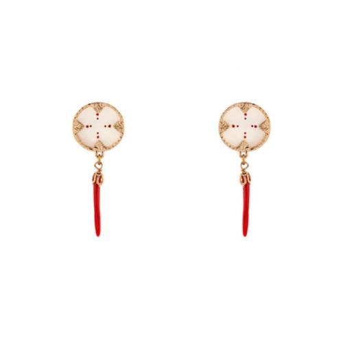 Pendientes pequeños bañados en oro 18k adornados con nácar y chiles lacados en rojo Dimensiones: 5×1,5.