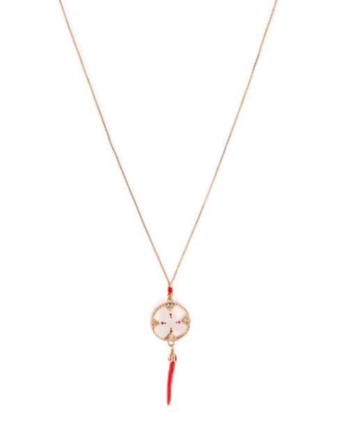 Gargantilla bañada en oro 18k con circulo de nácar blanco, perlas de Japón, hilo de seda y metalizado. Cuerno lacado en rojo.