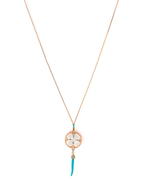 Gargantilla bañada en oro 18k con circulo de nácar blanco, perlas de Japón, hilo de seda y metalizado. Cuerno lacado en azul.