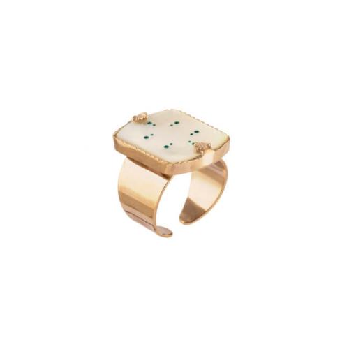 Anillo abierto ajustable en forma cuadrada y adornado con nácar y toques color turquesa. Metal bañado en oro de 18k.