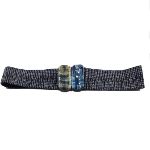 Cinturón ancho hecho a mano con hebillas lacadas. Tejido con tela gris.