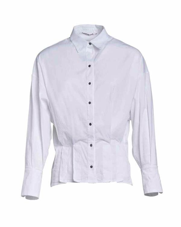 Camisa blanca con pliegues y estrecha de cintura.