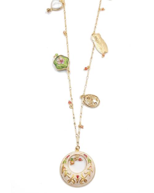 Collar largo bañado en oro de 24k compuesto por abalorios en nácar y dorados con colgante circular.